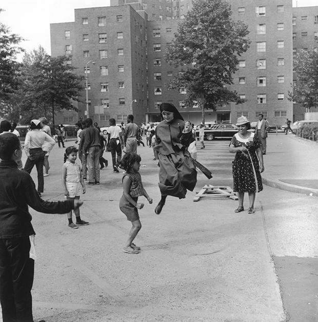 A visiting nun plays a skipping game with children in a deprived area of New York City, August 1965. (Photo by Roy Kemp/BIPS/Hulton Archive/Getty Images)